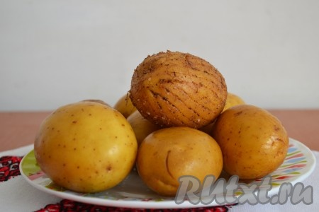 Картофель выбрать среднего или маленького размера, хорошо вымыть и, с помощью вилки, нанести не очень глубокие борозды по всей поверхности картофеля.