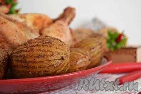 В дополнение к запеченной курице мы получаем сразу нежный и мягкий картофель на гарнир.