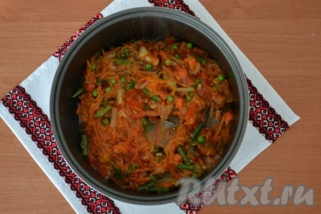 Подготовленный овощной соус добавить в чашу мультиварки, залив им кусочки хека.{amp}#xA;