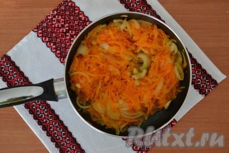 Выложить морковь с луком на сковороду, разогретую с растительным маслом, и обжарить, помешивая, в течение 3-4 минут (до мягкости овощей).{amp}#xA;
