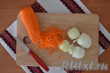 Очистить овощи. Лук нарезать тонкими полукольцами, а морковь натереть на крупной терке.{amp}#xA;