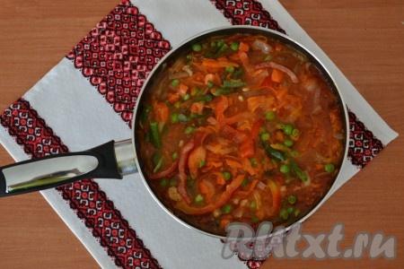 Добавить свежезамороженные (или свежие очищенные и нарезанные) овощи, по вкусу добавить соль, перемешать всю массу.{amp}#xA;