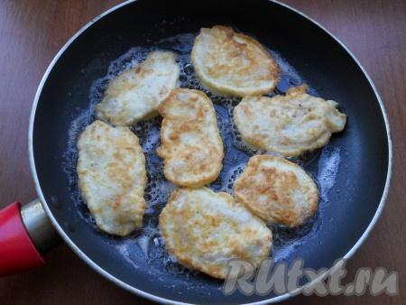 Обжарить куриные кусочки на среднем огне до румяности с двух сторон.