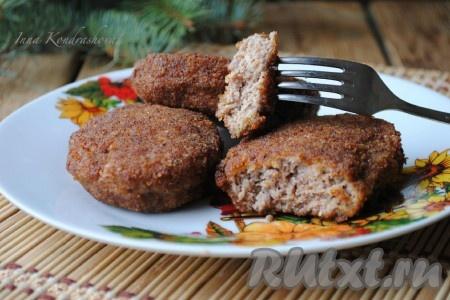 Подавать котлетки в горячем виде, дополнив их гарниром по вкусу или свежими овощами.