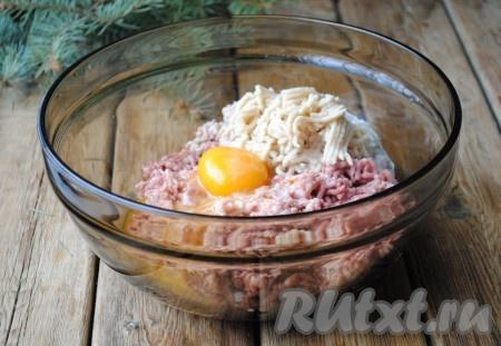 Добавить в фарш 1 яйцо, соль и перец, хорошо перемешать и отбить.{amp}#xA;