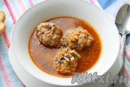 Варить суп ещё, примерно, 5 минут и попробовать на вкус. Если вы хотите, чтобы блюдо получилось более острым, можете добавить ещё немного молотого перца, измельченного чеснока и специй. Вкусный, сытный, ароматный суп с тефтелями готов.