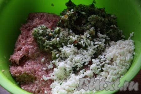 Получившуюся овощную массу и рис добавить к мясному фаршу, перемешать.