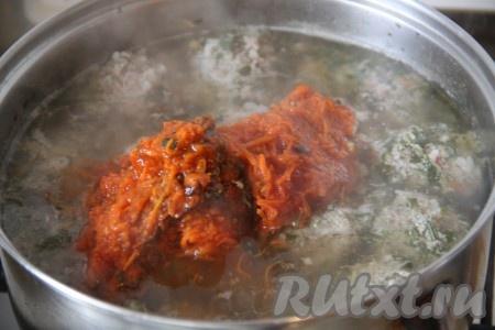 Когда тефтели и рис будут готовы, выложить в суп зажарку, посолить.