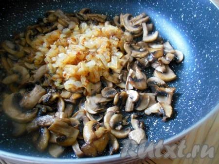 Соедините обжаренные шампиньоны и лук, взбейте погружным блендером, добавьте в икру по вкусу соль и смесь перцев.