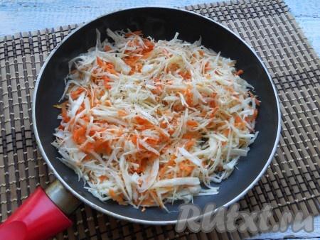 Перемешать капусту с морковью и поместить ее в разогретую с растительным маслом сковороду. Еще немного посолить и поперчить.