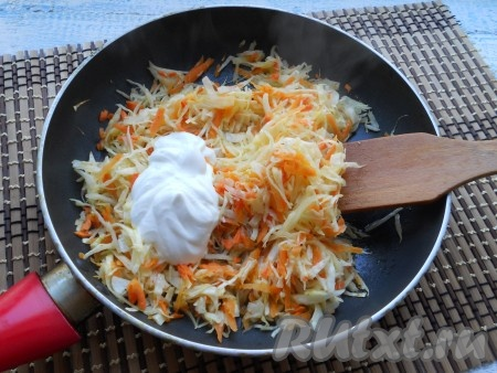 Обжарить капусту, помешивая, в течение 3 минут на среднем огне. Далее добавить сметану и влить немного бульона, перемешать.
