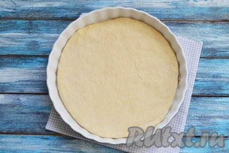 Форму для выпечки смазать растительным маслом. Тесто разделить на 2 неравные части. Большую часть теста раскатать по диаметру вашей формы и застелить им дно. Толщину теста каждый регулирует под свой вкус: любите больше теста - раскатывайте тесто толщиной в 6-7 мм.