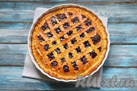 Дрожжевой пирог с вареньем выпекать в разогретой духовке 20-25 минут при температуре 180 градусов.