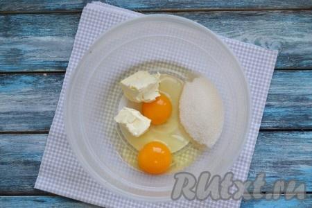 Пока опара созревает, соединить в отдельной миске 2 куриных яйца, мягкое сливочное масло и оставшийся сахар.