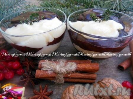 В чистую баночку выложите слоями пасту, чередуя белый и шоколадный слои, и уберите в холодильник.
