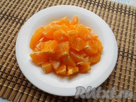 С половины одного апельсина снять цедру, далее апельсины очистить и нарезать кусочками.