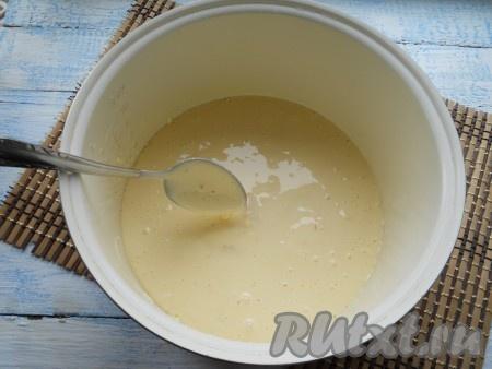 Тесто с апельсинами аккуратно перемешать. Чашу мультиварки смазать сливочным маслом и выложить подготовленное тесто.