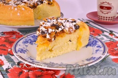 Вкуснейшую и нежнейшую, тающую во рту шарлотку с апельсинами, приготовленную в мультиварке, нарезать и подать к столу.