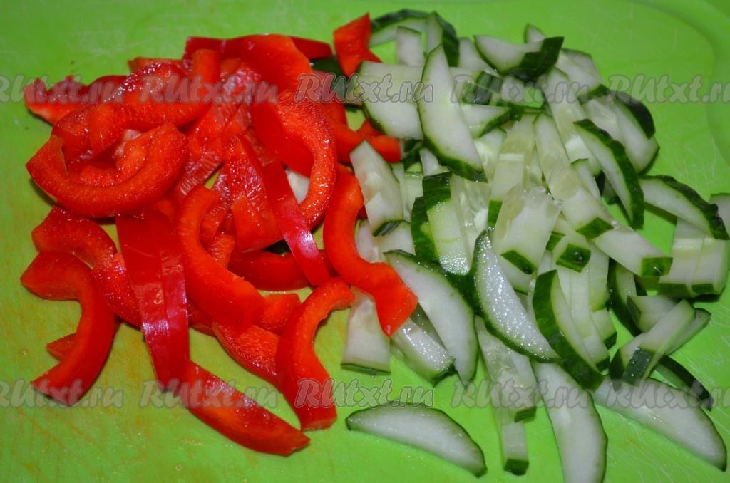 Салат из крабовых и помидор и огурцов