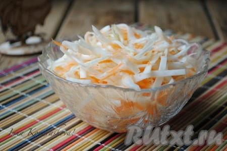 Вкусная, хрустящая капуста, квашеная в рассоле в банке, готова. При подаче капусту можно политьрастительным маслом и добавить к ней мелко нарезанный лук.{amp}#xA;