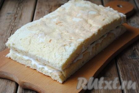Второй корж также смазать кремом и выложить поверх фруктов (сухой стороной на верх). Затем обмазать верх и бока бисквитного торта сметанным кремом и отправить в холодильник. После пропитки торт можно украсить по своему вкусу и подать к столу. Я же предлагаю украсить его белковым заварным кремом, который сделает торт особенно нарядным.