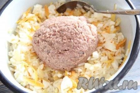 Соединить рис, яйца, обжаренные лук с морковью, посолить и хорошо перемешать начинку для блинов. С консервированного тунца слить лишнюю жидкость и добавить рыбу в начинку.