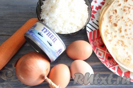 Для приготовления начинки сварить рис в подсоленной воде до готовности. Яйца сварить и остудить.