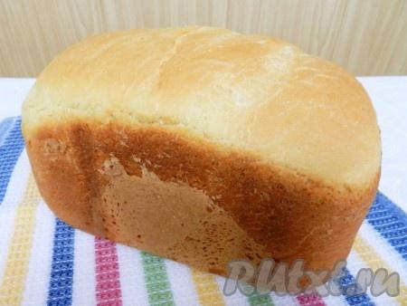 Осторожно достать горячий контейнер, хлеб перевенуть на решетку и остудить.
