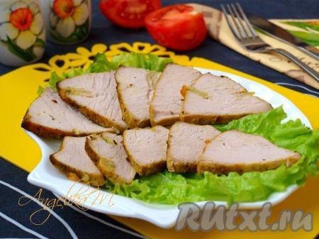 Запеченное филе индейки достать из духовки, слить с мяса образовавшийся сок, остудить. Завернуть индейку в фольгу и убрать в холодильник. Через пару часов мясо красиво нарезать.