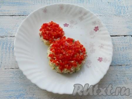 Красный сладкий перец нарезать очень мелкими кубиками и украсить салат сверху.