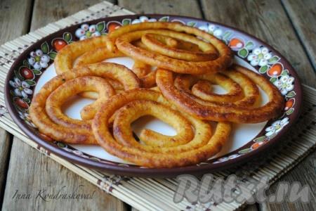 Вкусные, румяные картофельные спирали готовы. Подавать их на стол с любимым соусом.