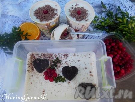 Разложите взбитые сливки по формочкам (можно использовать бумажные стаканы, формы для мороженого или пищевой пластиковый контейнер).