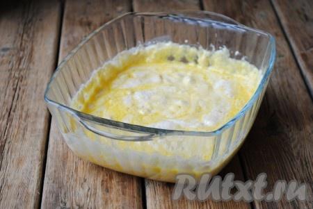Яйца вбить в отдельную миску и с помощью вилки или венчика взбить их до однородности. Отправить яйца в опару. Перемешать.