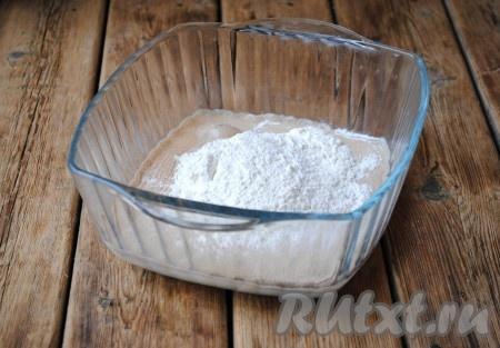 Первым делом нужно приготовить опару. Для этого нужно взять 150 мл молока, подогреть его до тёплого состояния, затем всыпать 2 столовые ложки сахара и дрожжи, добавить 4столовые ложки муки и перемешать.