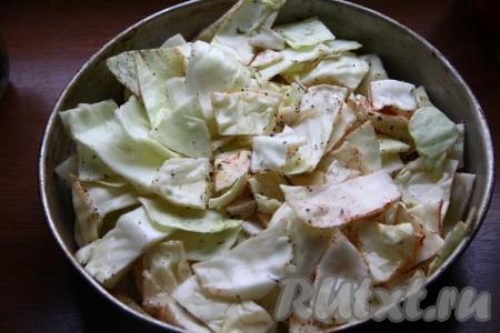 Добавить к капусте базилик, паприку, соль, перец и 50 мл растительного масла, перемешать и выложить в форму для запекания. Отправить в разогретую духовку и запекать около часа (практически до готовности) при температуре 180 градусов.