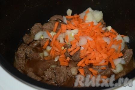 """Затем закрываем крышку и даем потомиться еще минут 10-15, когда вся жидкость в чаше выпарится, отключаем режим """"Жарка"""" и включаем режим """"Тушение"""" (на 1 час). Заливаем говядину кипяченой водой и, после закипания воды, кладем овощи - лук и морковь, нарезанные на кусочки среднего размера."""