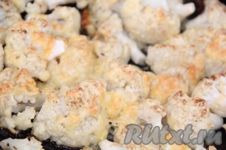 Запекать цветную капусту с сыром в разогретой духовке при температуре 180 градусов, примерно, 35 минут. Я верх не прикрывала фольгой, сыр образовал красивую золотистую корочку. Если у вас верхний нагрев сильный, лучше прикрыть форму фольгой.{amp}#xA;