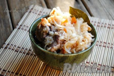 Вкусная и сытная солянка с рисом и капустой готова, подавать на стол в горячем виде.