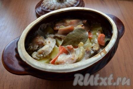 Накрыть горшочек крышкой и поместить его в холодную духовку. Выставить температуру 170 градусов и готовить блюдо около 1,5 часов.