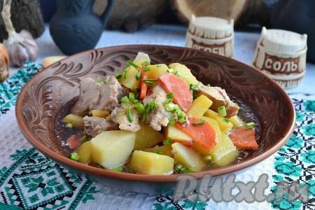 Кролик с картошкой, приготовленный в горшочке, - нежнейшее и очень вкусное блюдо, подаём к столу в горячем виде, посыпав зеленью.
