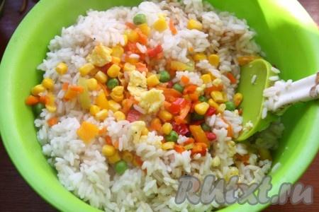 К рису добавить овощи и яйца, перемешать.
