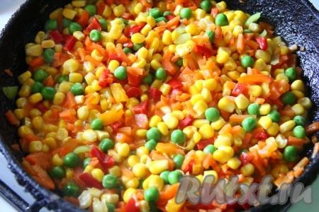 Очищенную морковь мелко нарезать. Болгарский перец, очищенный от семян, тоже нарезать. На сковороде разогреть растительное масло, выложить нарезанные морковь и перец, обжарить в течение 5 минут на среднем огне, периодически помешивая, затем добавить кукурузу и горошек. Тушить все овощипод крышкой еще, примерно, 5-10 минут, иногда перемешивая.