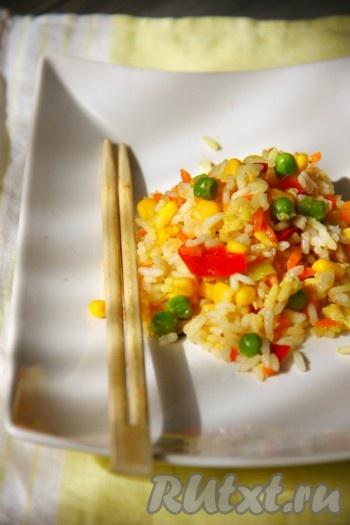 Вот так просто можно приготовить наивкуснейший рис с кукурузой и горошком. Блюдо горячим подать к столу.