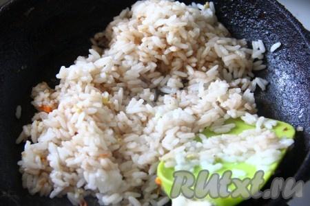 Рис залить 2 стаканами воды, добавить немного соли и варить до готовности, затем, если вдруг останется вода, её нужно слить. На сковороде растопить сливочное масло, влить соевый соус, добавить готовый рис, перемешать, чтобы соевый соус и масло равномерно впитались в рис. Обжарить рис на сковороде на небольшом огне в течение 5 минут, иногда перемешивая.