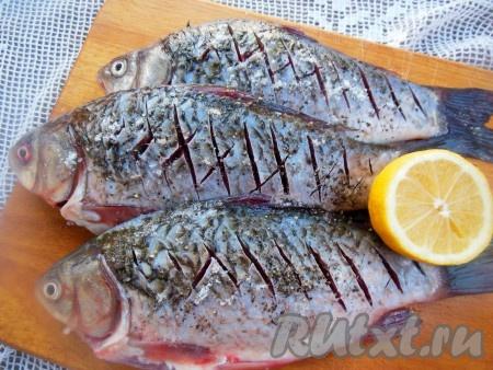 Затем рыбу снаружи и внутри посолите, посыпьте смесью перцев и полейте лимонным соком, оставьте мариноваться на 15-20 минут.{amp}#xA;