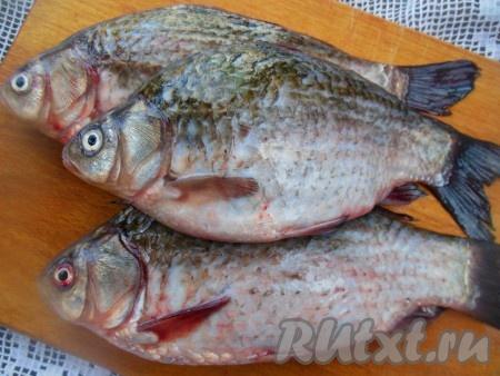 Для приготовления жареных карасей всегда использую свежую рыбу.