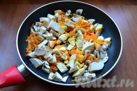 Выложить в сковороду шампиньоны, перемешать, обжаривать минут 5-7 на небольшом огне, периодически помешивая.