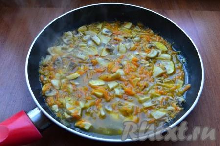 Влить в сковороду горячий бульон, посолить все по вкусу, поперчить, всыпать сухие ароматные травы, перемешать, протушить 3-4 минуты.