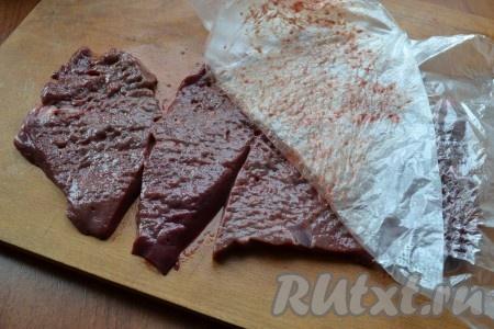 Сверху печени разместить целлофан или пищевую пленку и отбить куски молоточком.