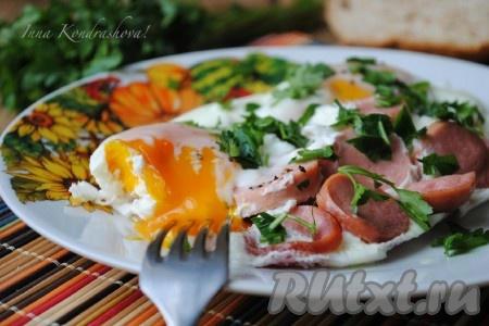 Готовое блюдо переложить на тарелку, посыпать измельчённой зеленью и подать на стол в горячем виде. Вот так просто можно приготовить вкусную яичницу в микроволновке. Попробуйте!